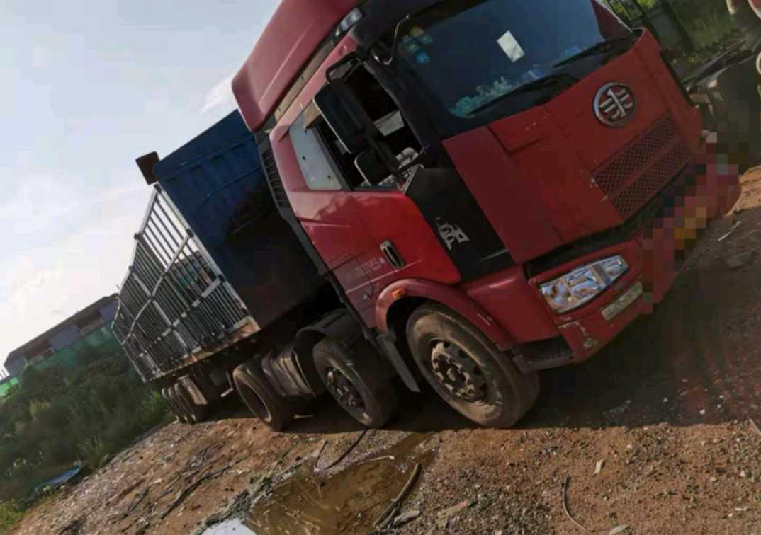 一汽解放J6P重卡 標載型 牽引車  310匹 2011年10月 6x2