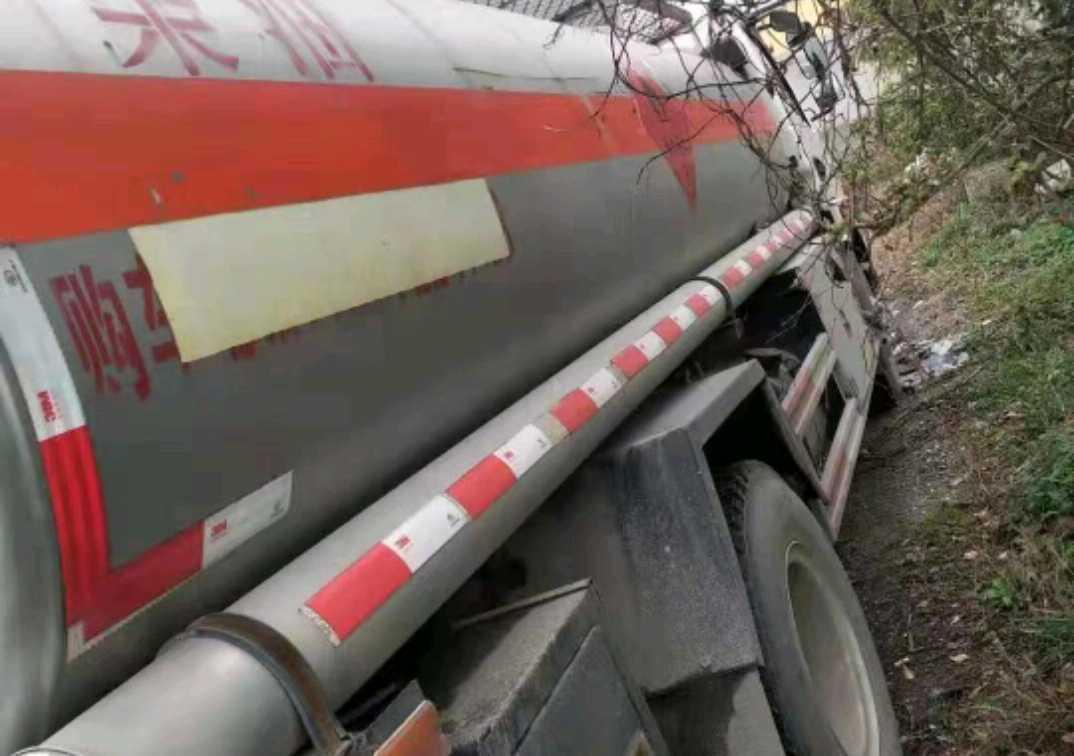 东风145系列 油罐车  140匹 2017年04月 4x2