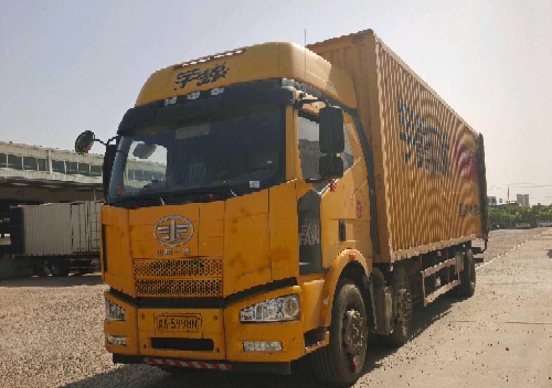 一汽解放J6 载货车  320匹 2015年09月 6x4