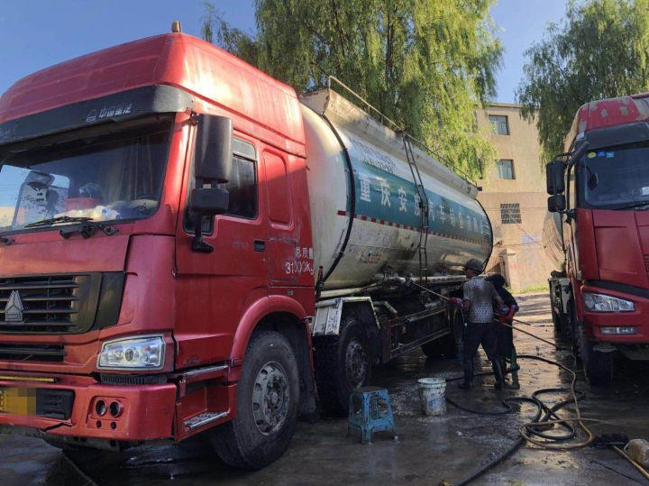 中国重汽HOWO 散装物料车  375匹 2013年07月 6x2