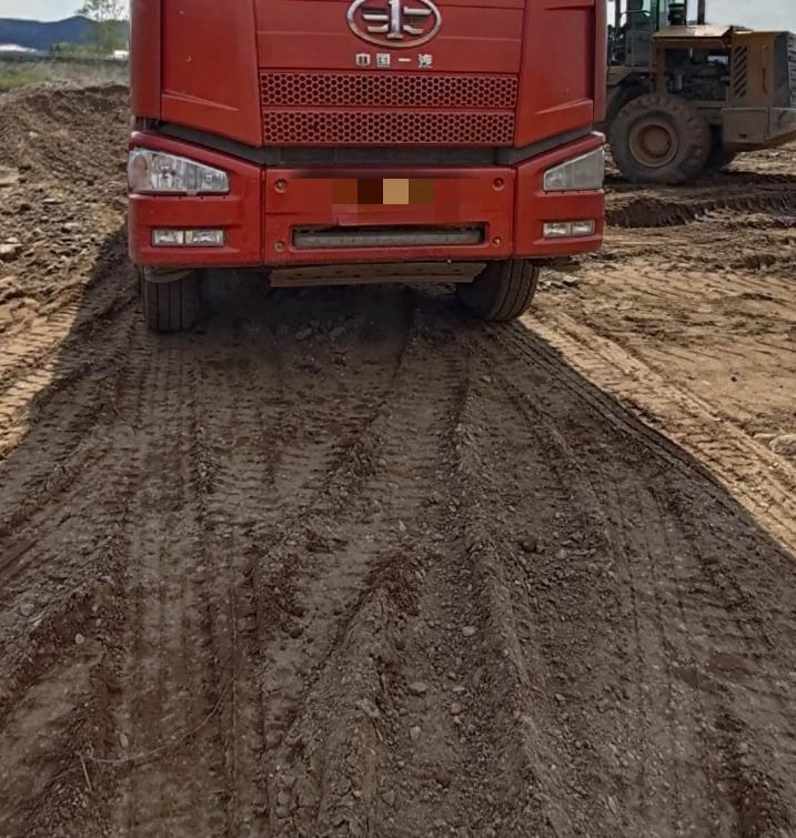 一汽解放J6 自卸车  330匹 2011年04月 6x2
